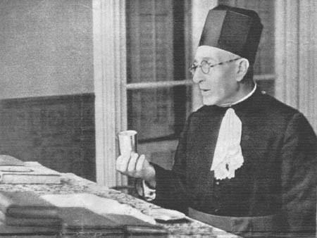 El padre de Avner durante un oficio religioso en la sinagoga en Barcelona